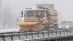 Снегът затрупа половин България, хаос по пътищата и закъсали коли (обзор)