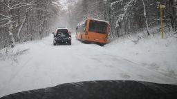 Снегът блокира два автобуса с деца на Витоша