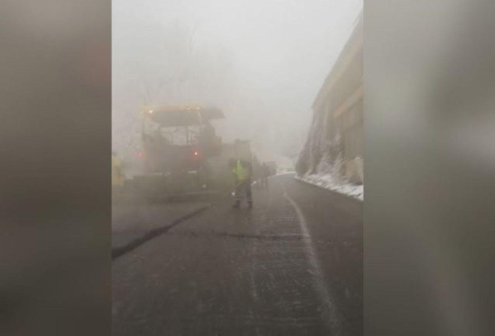 Неделното асфалтиране в снега доведе до блокада на пътя