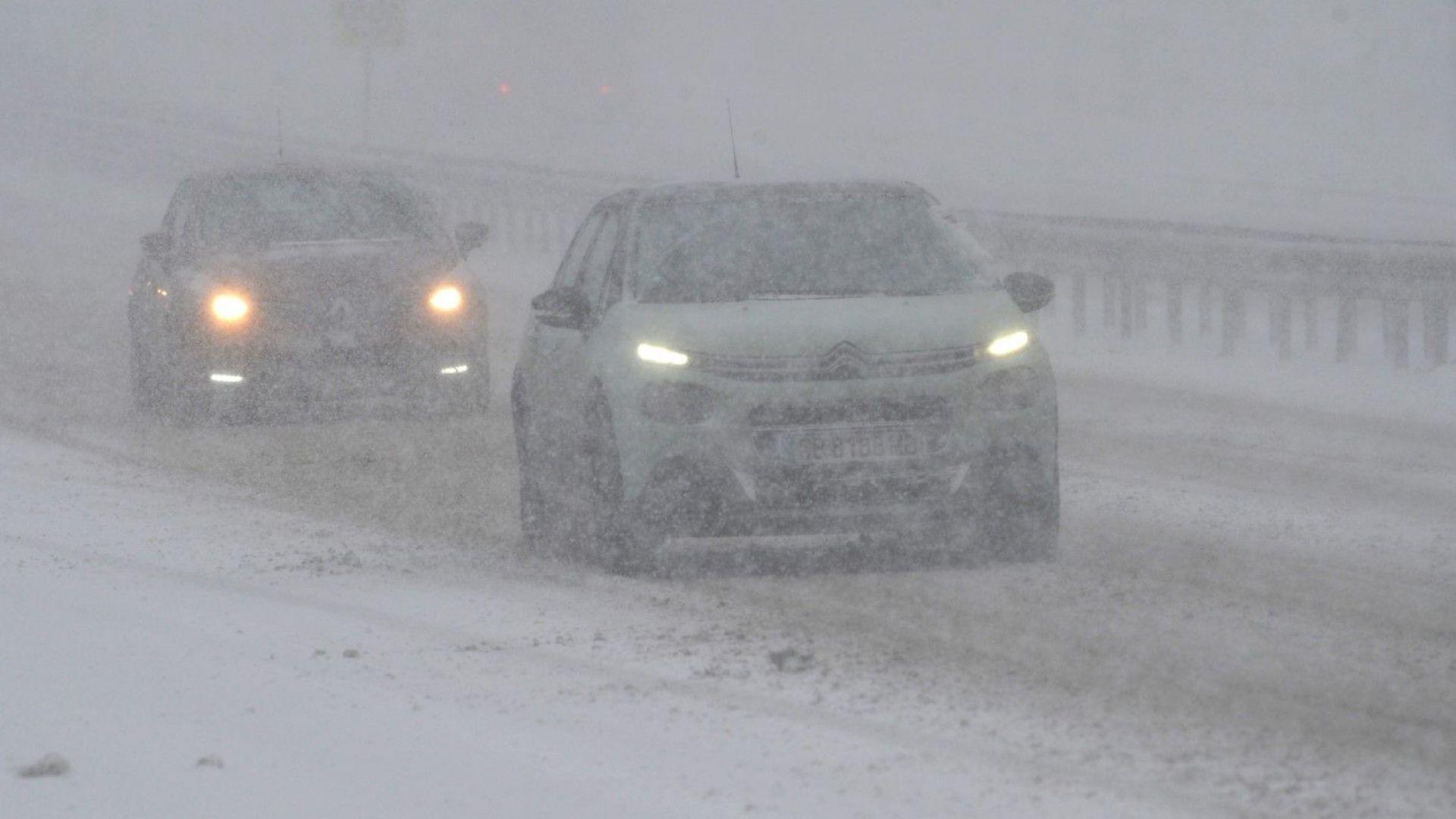 Асфалтиране в снега почти докара до бой шофьори и строители