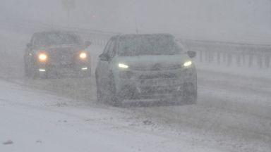 """Участък от магистрала """"Тракия"""" затворен от часове заради снегонавявания"""