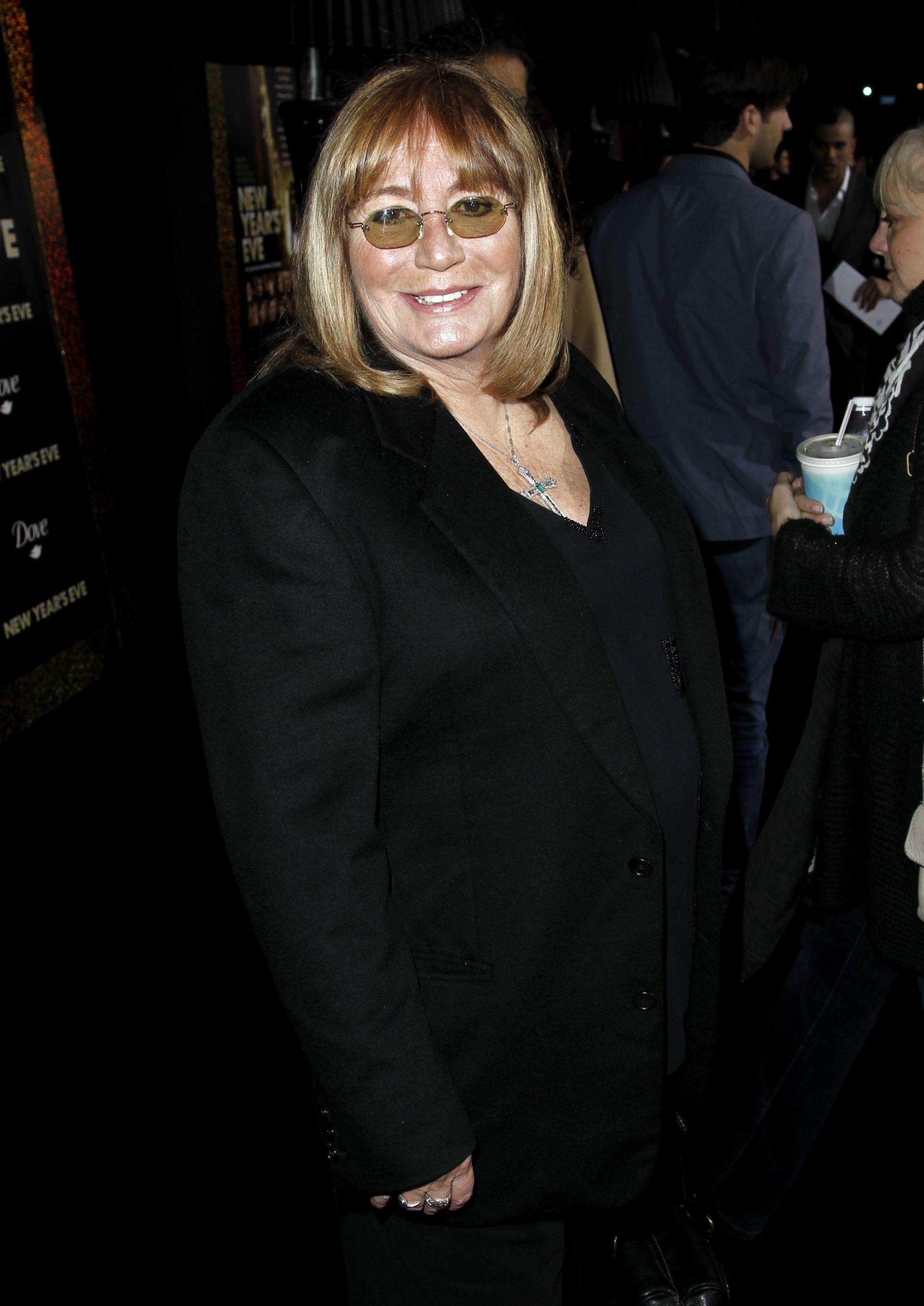 """5 декември 2011 г.: Пени Маршал пристига на премиерата на """"Нова година"""" в Лос Анджелис"""
