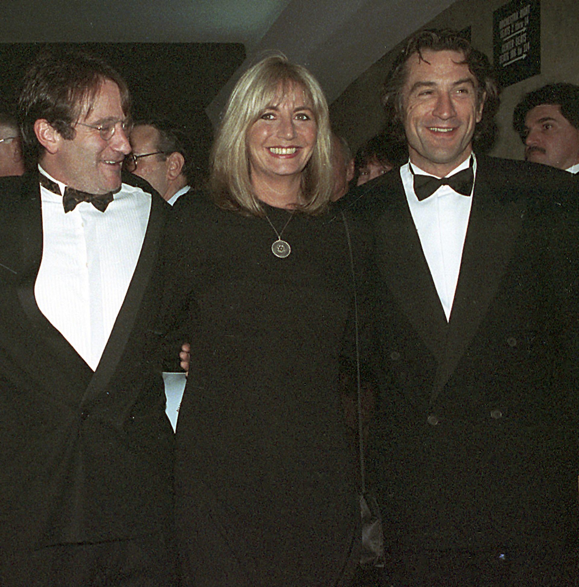 """17 декември 1990 г.:  Пени Маршал с Робин Уилямс и Робърт де Ниро на премиерата на филма """"Пробуждането"""" в Ню Йорк"""