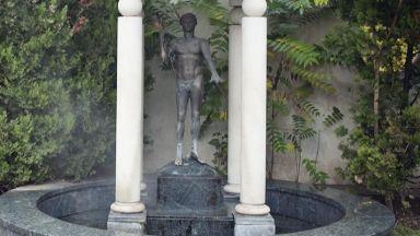 Откраднаха емблематична статуя от центъра на София
