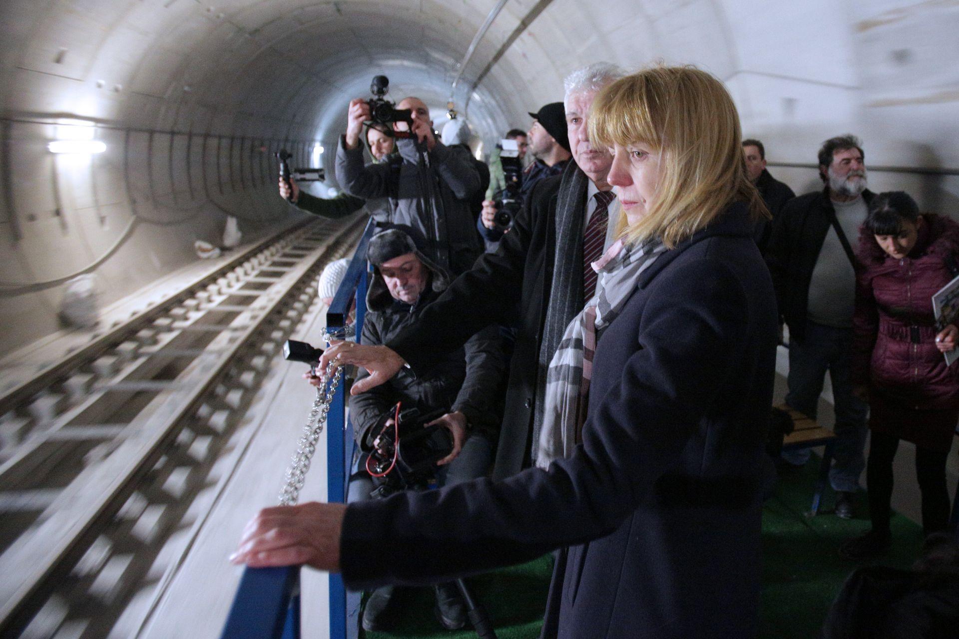"""Инспекцията започна от метростанцията на кръстовището на булевардите """"България"""" и """"Иван Гешов"""", която е част от първия участък с готов релсов път"""