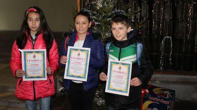 Наградиха петокласници за върната чанта с пари