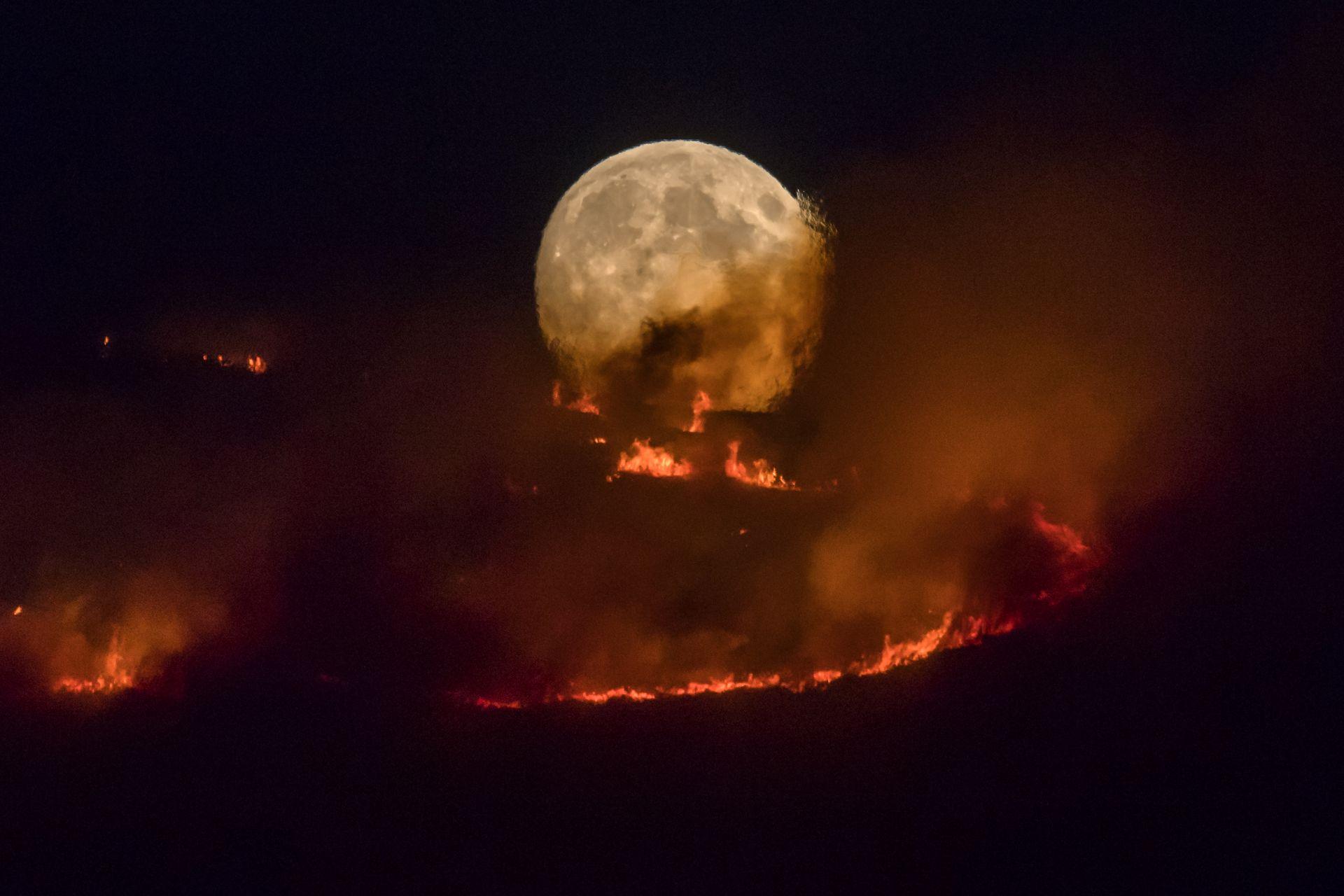 Една уникална гледка, спираща дъха на 26 юни, когато Луната се издига над горящи блата във Великобритания