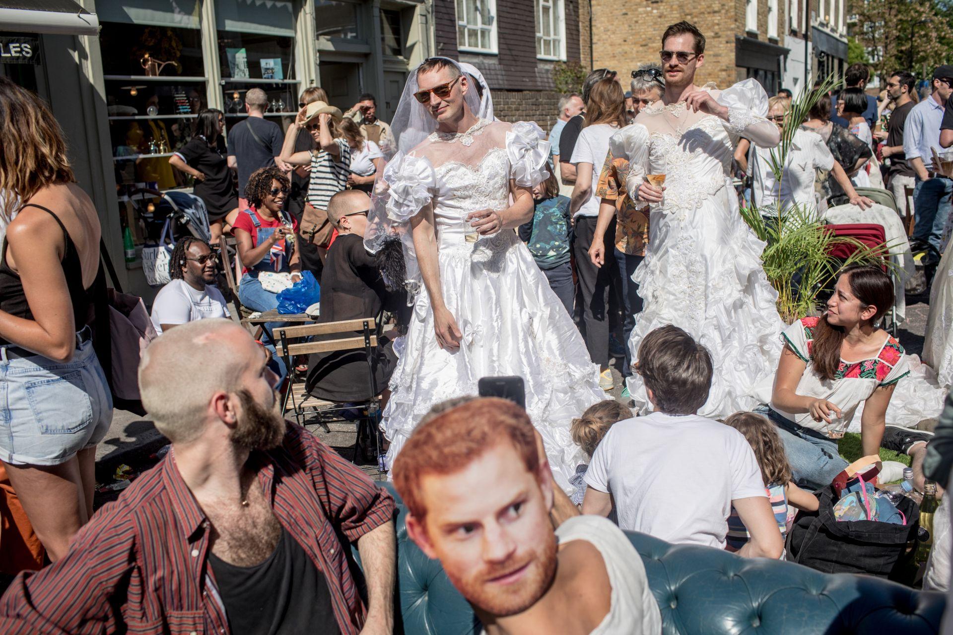 На 19 май лондончани празнуваха кралската сватба на принц Хари и Меган Маркъл. Някои облякоха булчински рокли в унисон със събитието