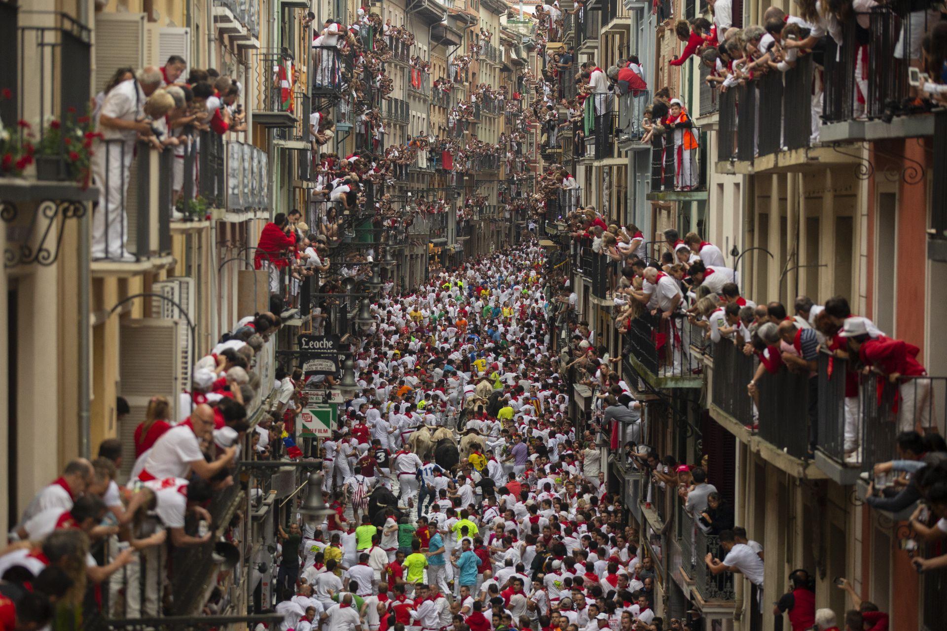 7 юли - хиляди испанци и туристи се наслаждаваха на втория ден от фестивала Сан Фермин в Памплона, обезсмъртен от Ърнест Хемингуей