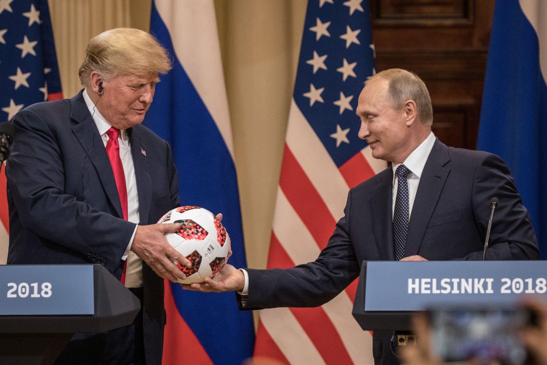 Владимир Путин подари футболна топка на Тръмп след срещата им в Хелзинки
