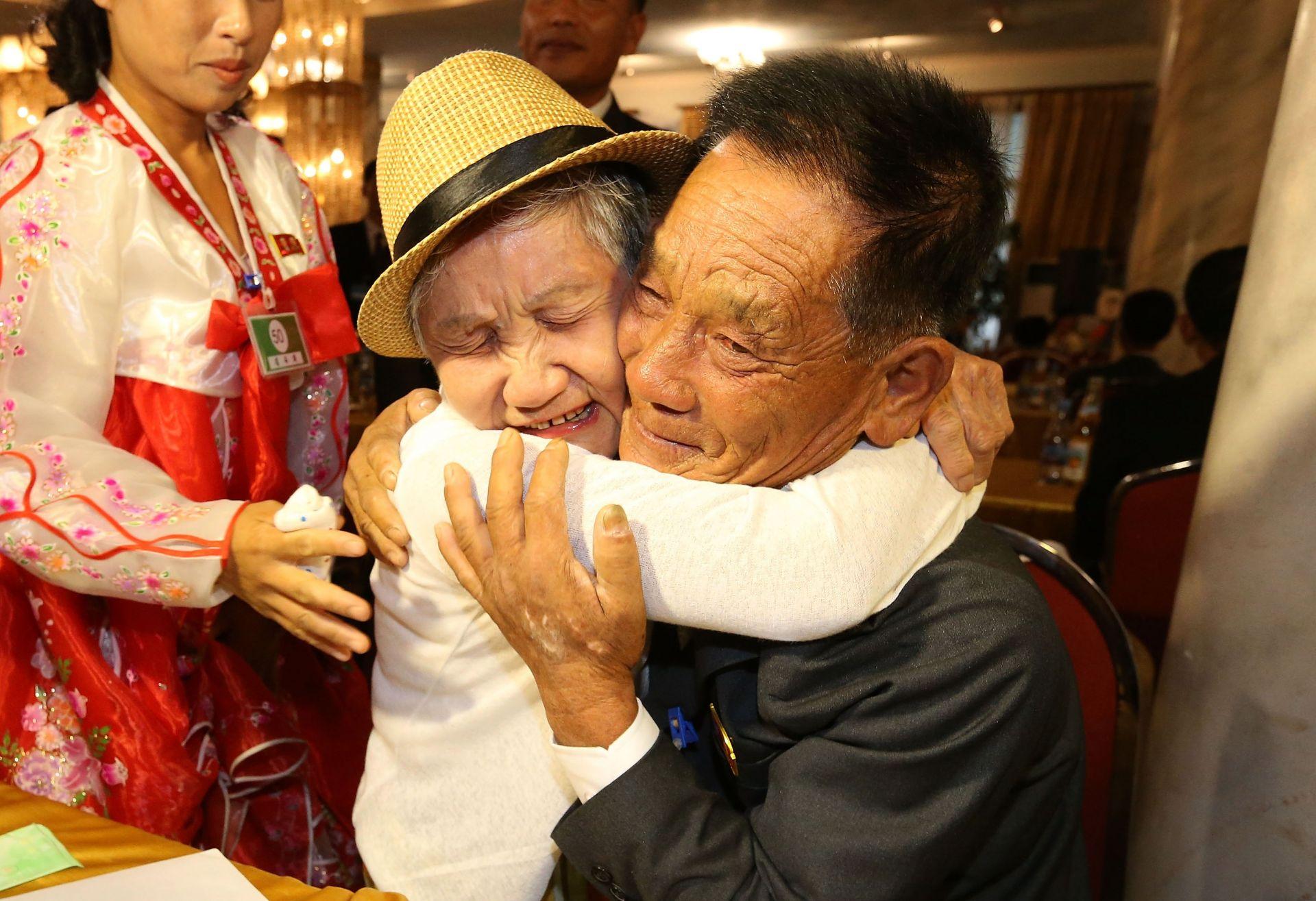На 20 август няколко десетки възрастни южнокорейци пристигнаха в Северна Корея за първа среща със свои роднини след края на Корейската война през 1953 г. Фоторепортерът е уловил момент, в който 92-годишна корейка прегръща 71-годишния си син