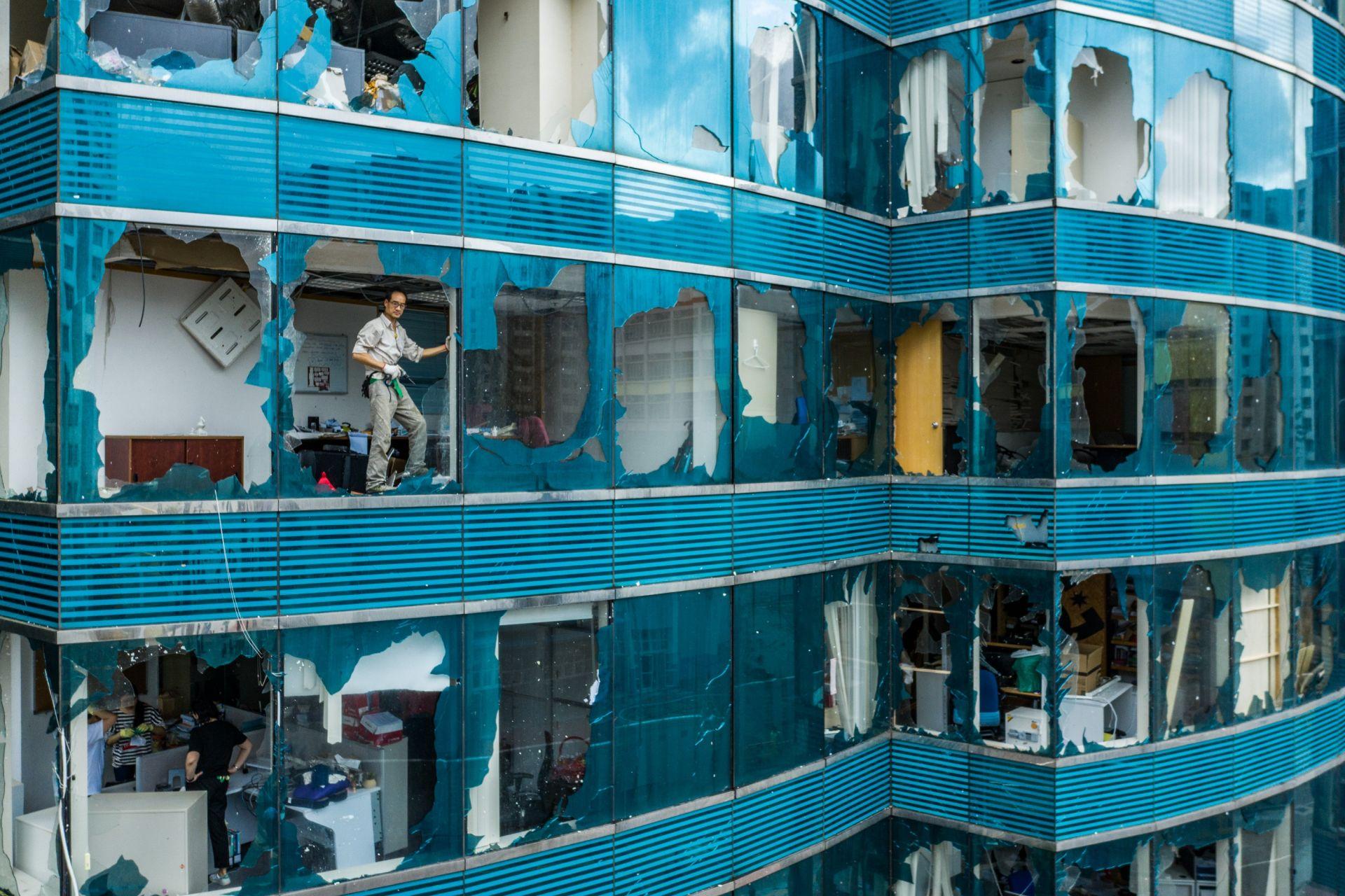 """Мощният тихоокеански тайфун """"Мангхут"""" парализира нормалния живот и транспортните комуникации в Хонконг през септември"""