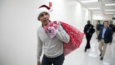 Обама се дегизира като Дядо Коледа и раздаде подаръци на  болни деца