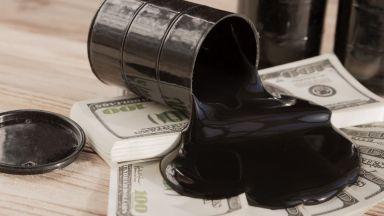 Петролът се срина под 55 долара на барел