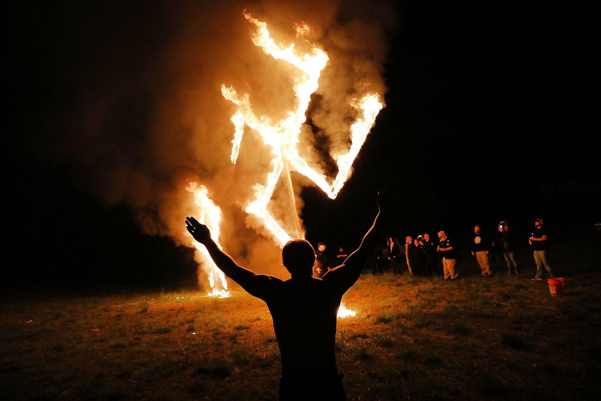 Американски неонацисти горят сватистика след митинг в Грузия