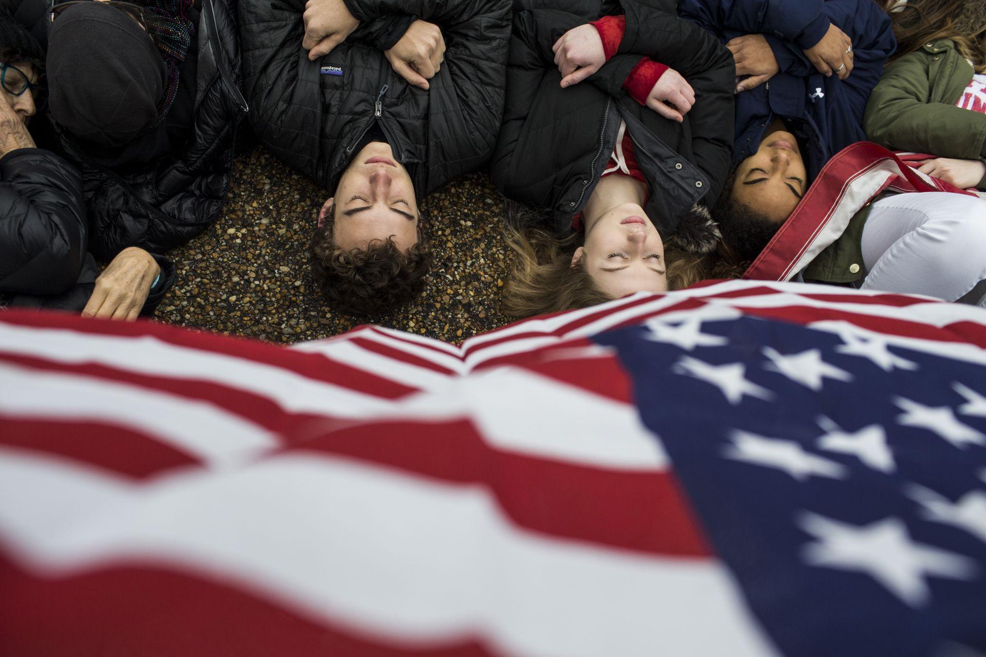 Протестна демострация на тийнеджъри до Белия дом с искане за по-строг контрол върху огнестрелните оръжия