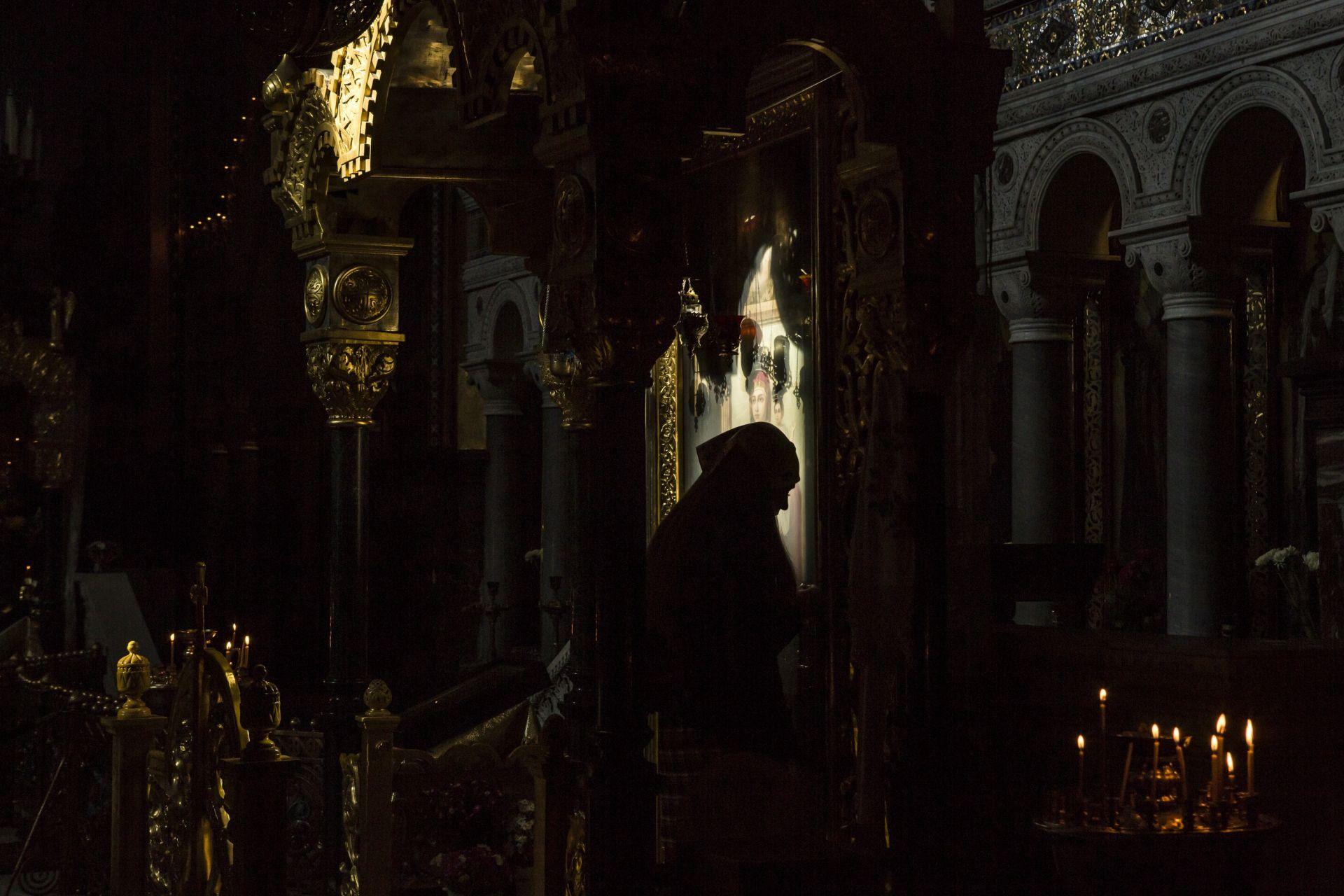 """12 октомври, Киев - поклоничка в катедралата """"Свети Владимир"""" след като е обявена дата за обединителния православен събор"""