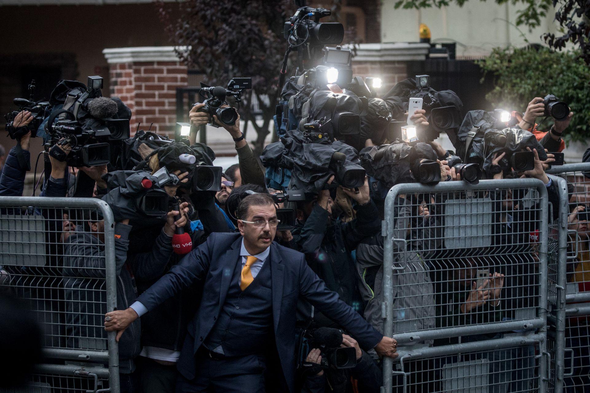 15 октомври: Турция извърши обиск в саудитското консулство в Истанбул заради убийството на Кашоги, Мъж се опитва да задържи журналистите