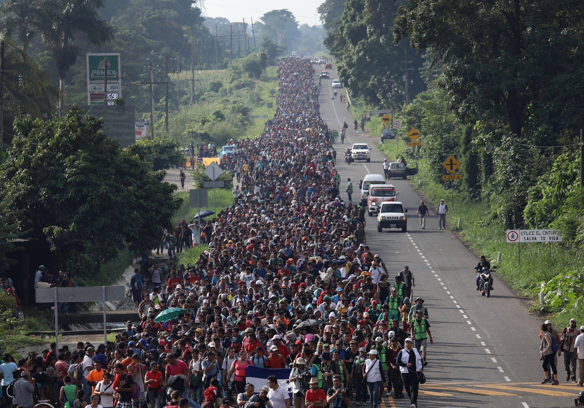 През октомври керванът със 160 мигранти от Хондурас тръгна към САЩ. Той бързо набъбна на 1600 души. Гватемала се опита да затвори границата си мигрантите, но бързо се отказа. Докато стигне до Мексиканската границата керванът достигна 3000 души и нарасна до 7000, докато прекосяваше Мексико