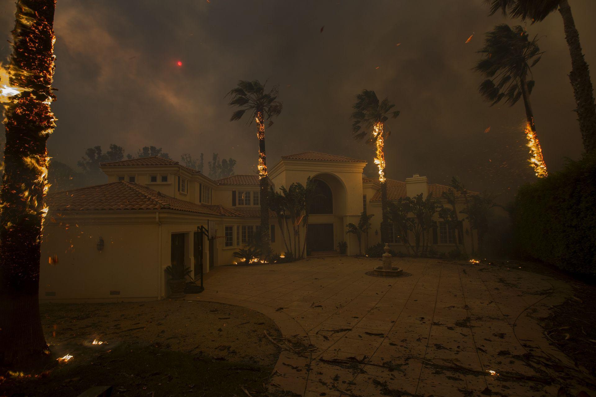 9 ноември - гори къща в Малибу. Смъртоносни пожари удариха с още по-голяма сила щата Калифорния