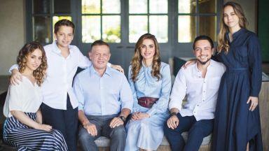 Кралица Рания засенчи дъщерите си на семейна снимка