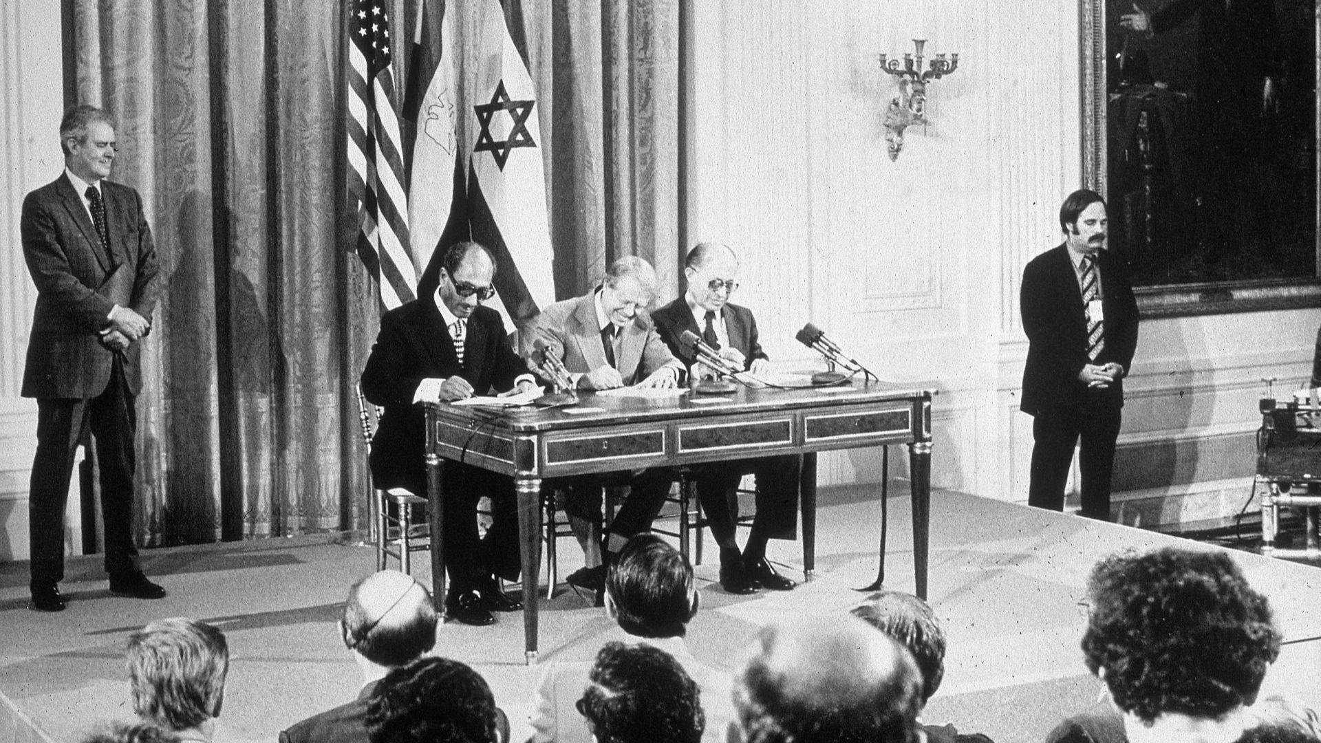 Египетският президент Анвар Садар, американският президент Джими Картър и израелският премиер Менахем Бегин подписват египетско-израелското мирно споразумение във Вашингтон през 1978-а