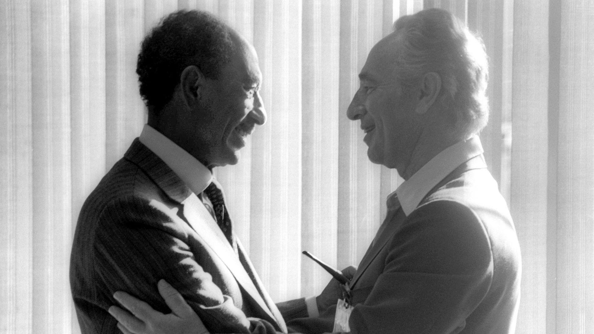 Египетският президент Анвар Садат се среща с израелския лидер Шимон Перес на 25 май 1979-а