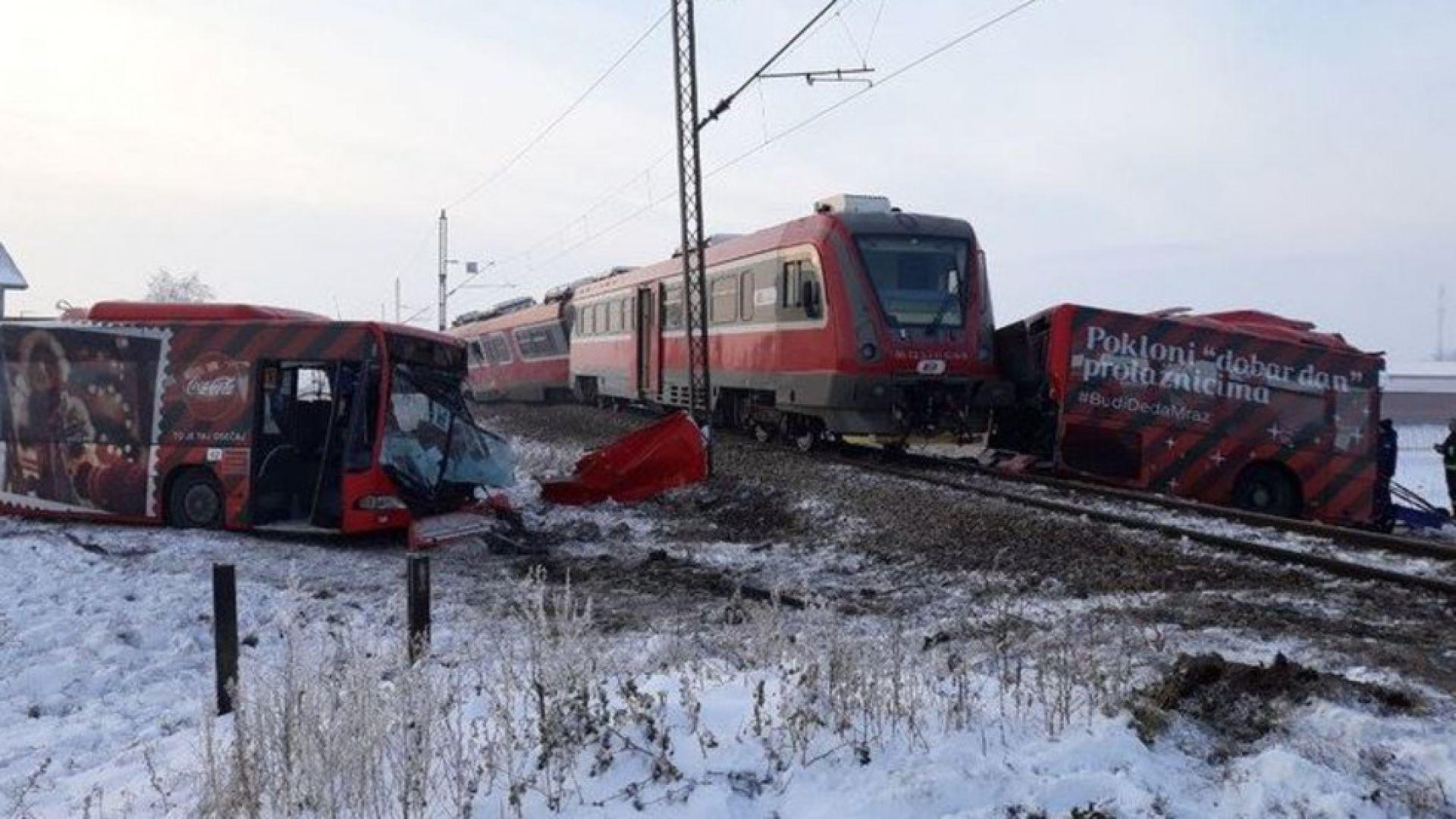 Влак разцепи училищен автобус в Сърбия, има жертви и ранени (видео)