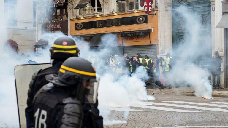 """В Париж разследват призиви на """"жълтите жилетки"""" към полицаите да се самоубиват"""