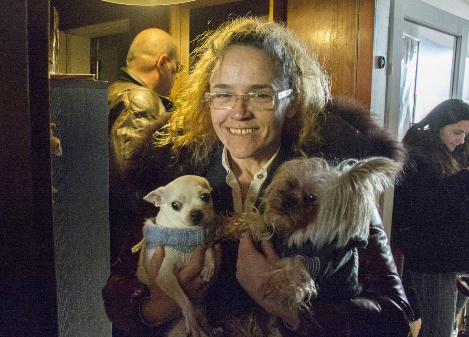 Иванчева се показа на входа на дома си с двете си кучета, видимо щастлива