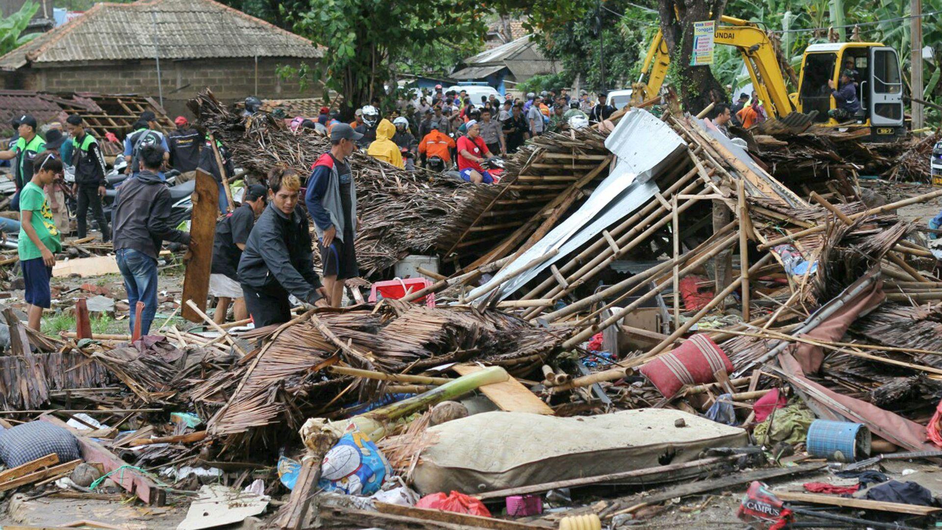 Вулкан предизвика цунами в Индонезия - има стотици жертви и ранени (видео)