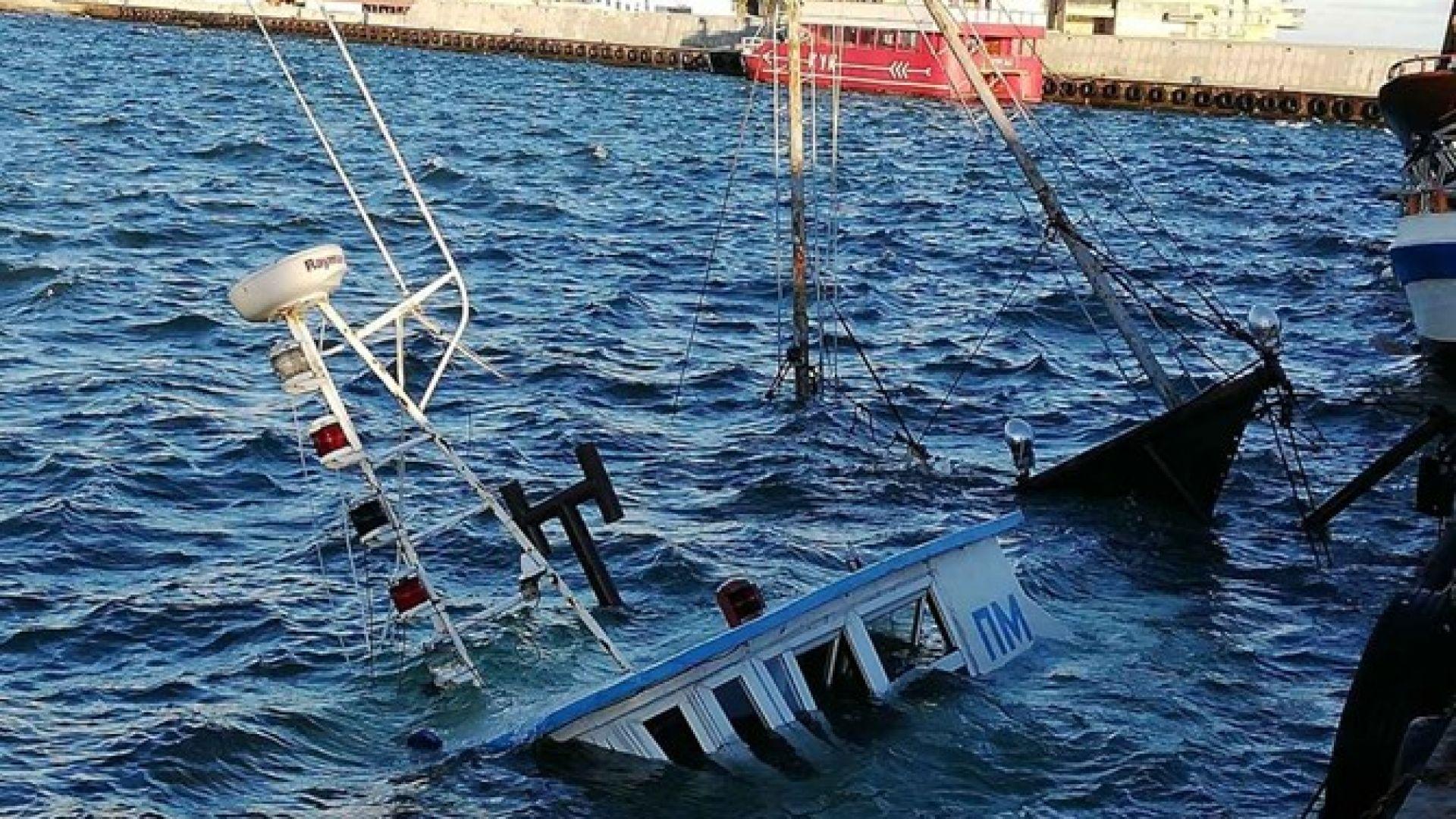 Вятър потопи рибарско корабче край Поморие