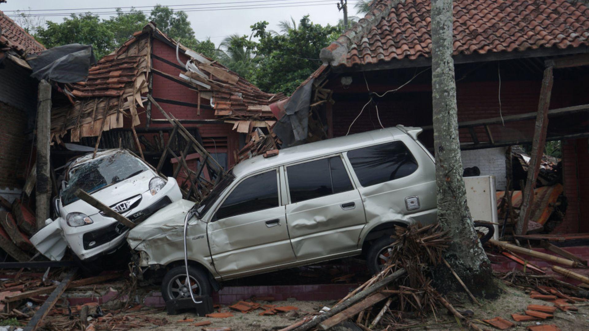 Расте броят на жертвите от цунамито в Индонезия, вече са над 220