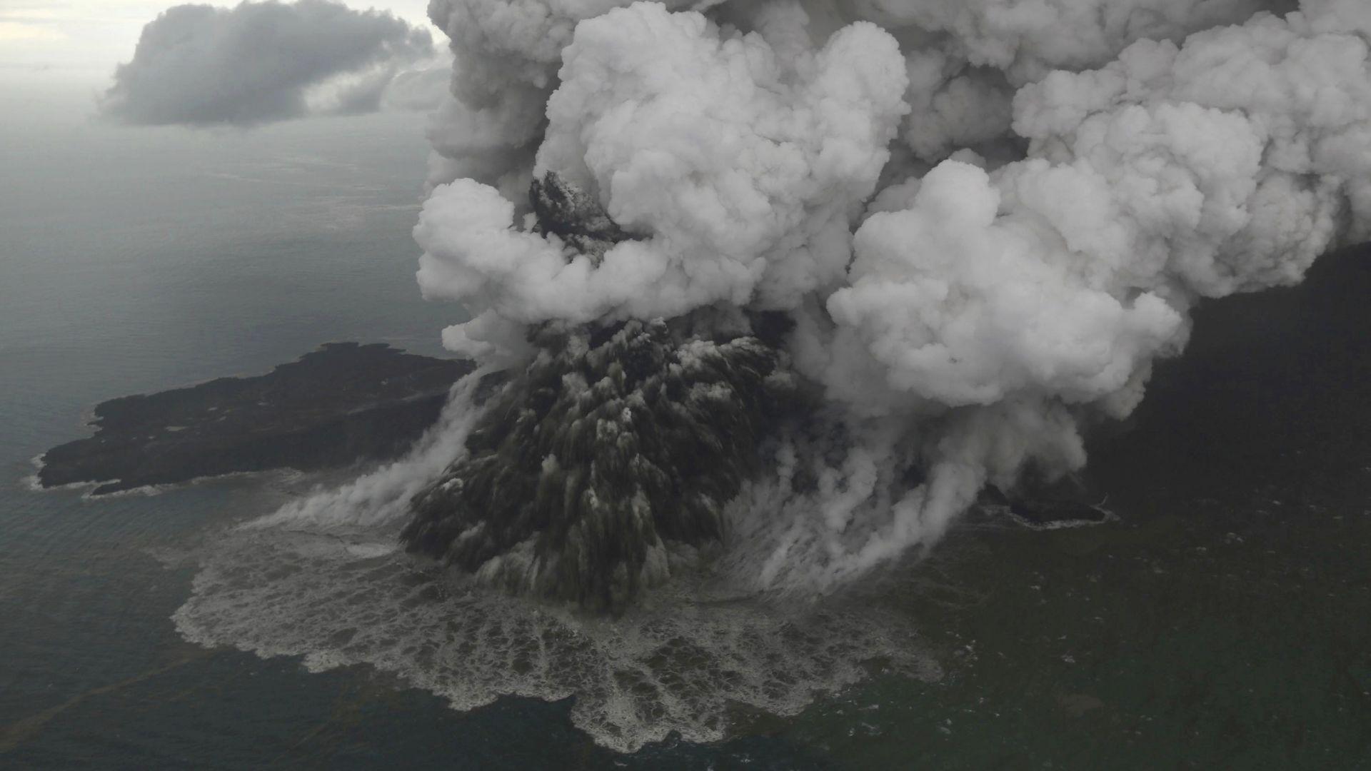 Експерти обясниха причините за смъртоносното цунами в Индонезия