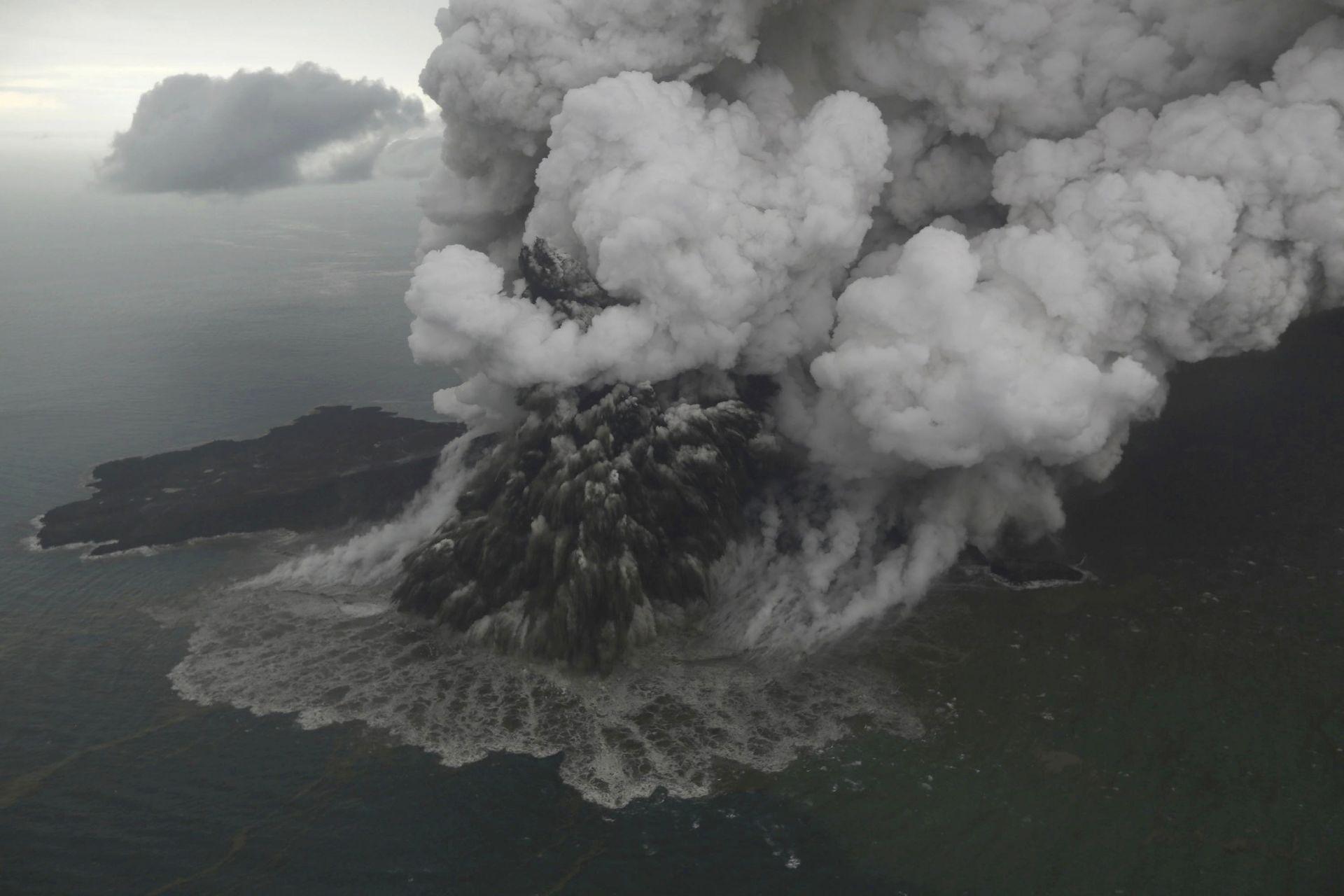 Вулканът Анак Каракатау в Индонезия предизвика убийствено цунами на 23 декември