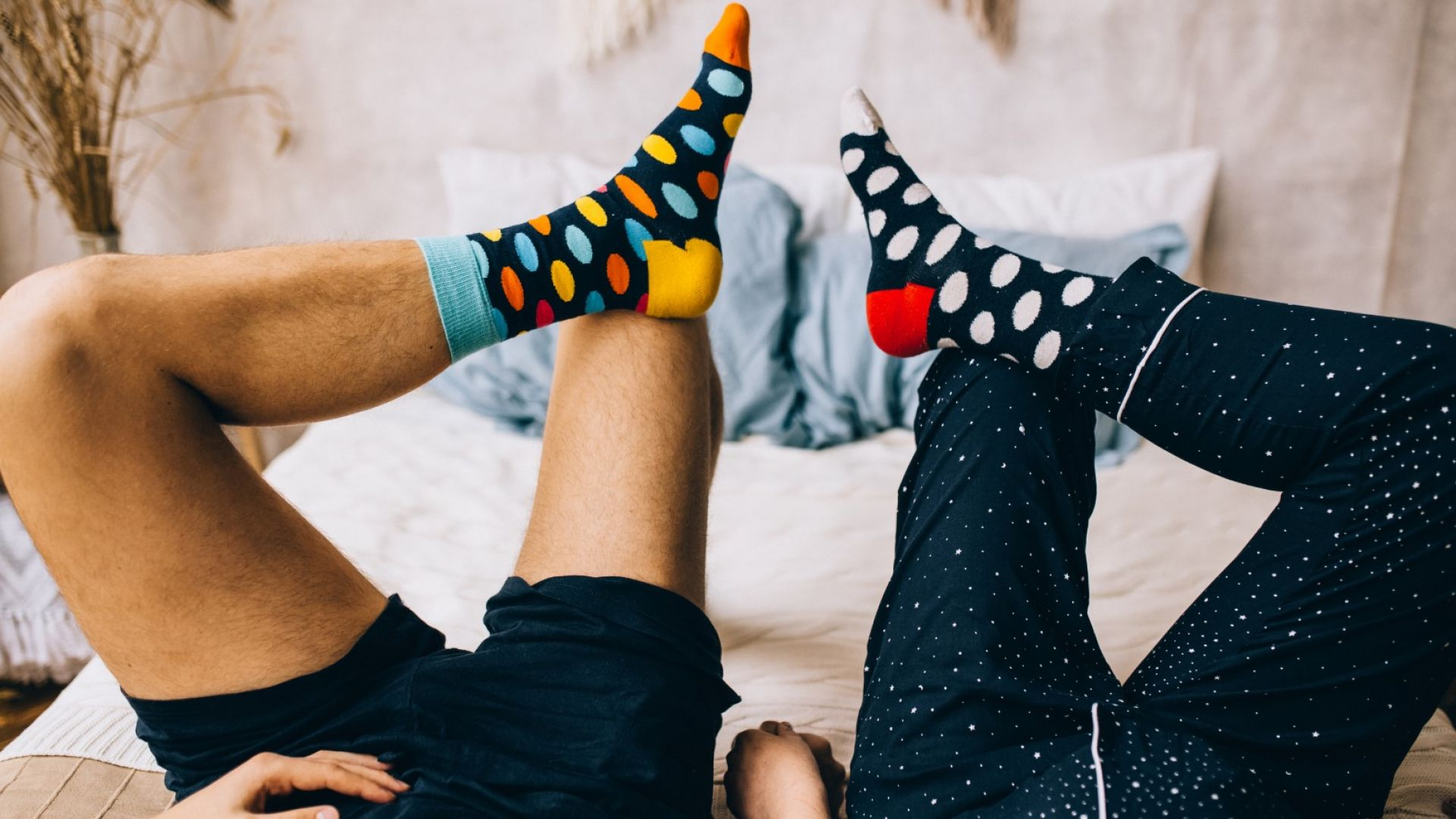 Gift guide идеи: Защо да подарим чорапи, уиски или козметика