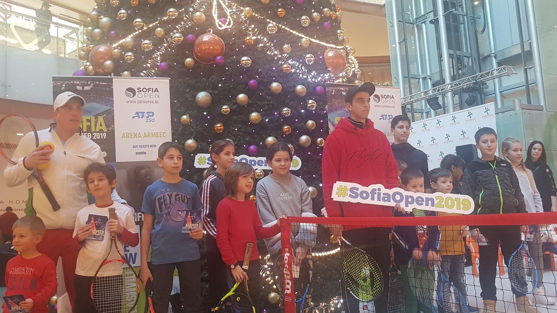Адриан Андреев игра с деца за празниците