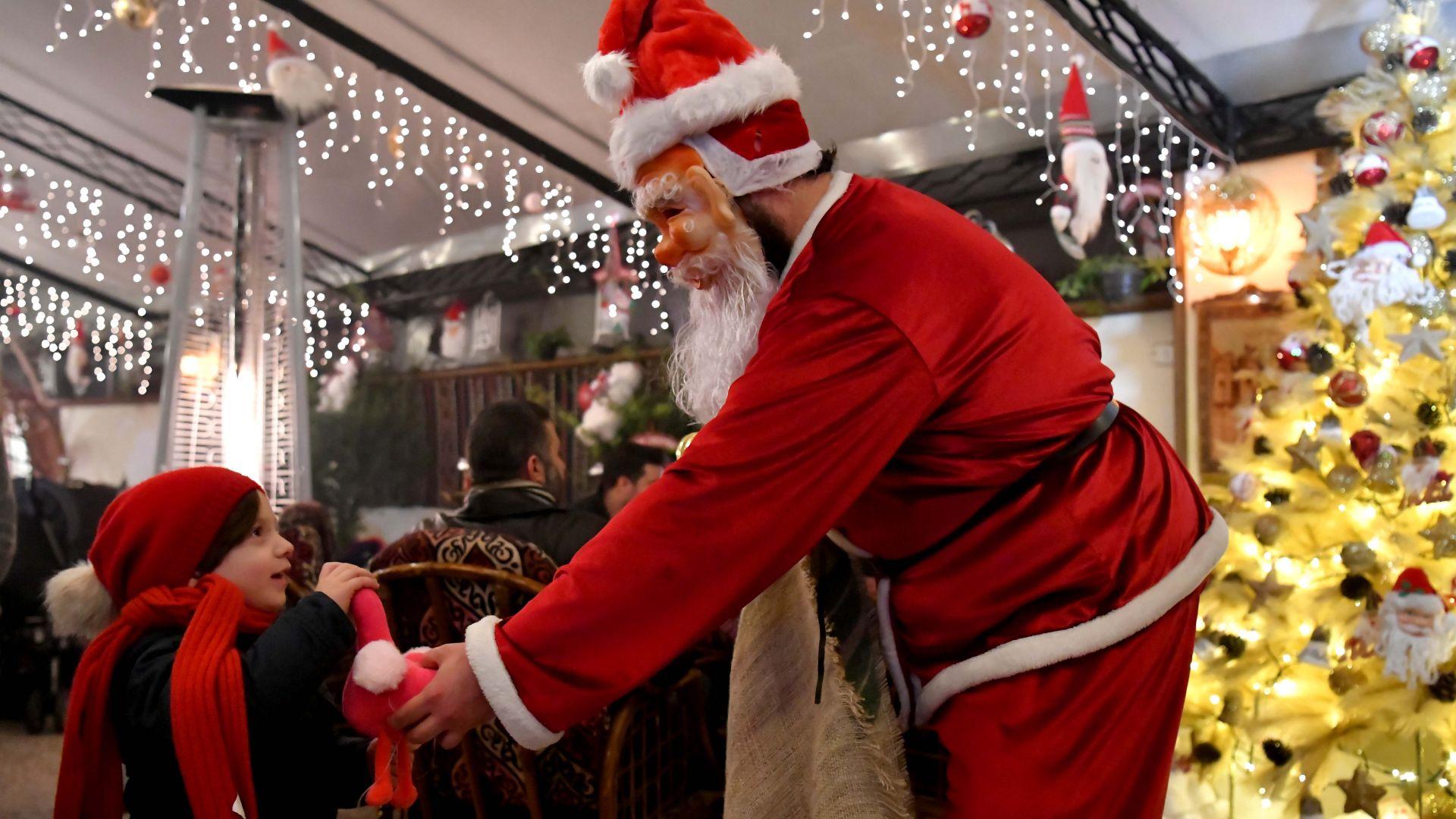 Руски военни в дрехите на Дядо Мраз раздават помощи в Сирия