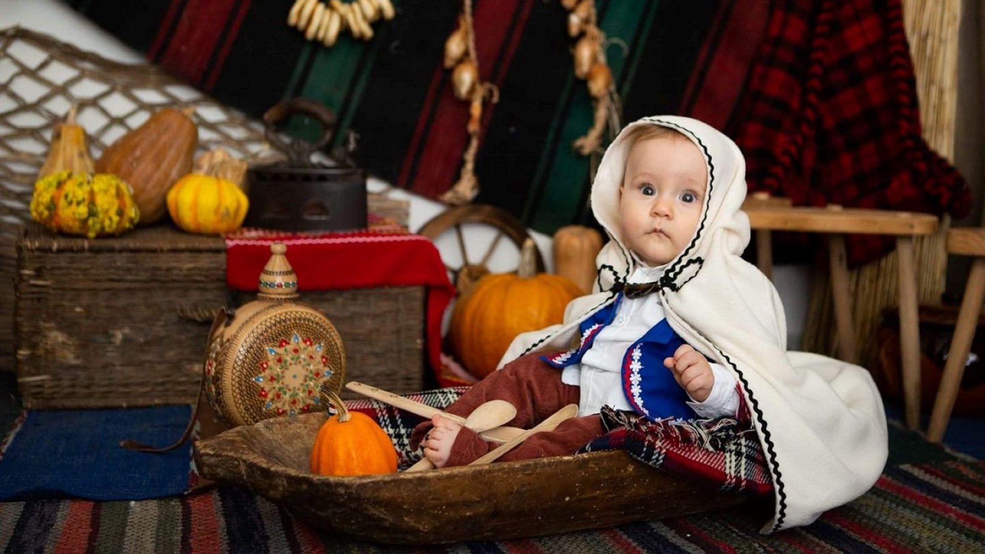 Биляна Петринска облече сина си като коледарче