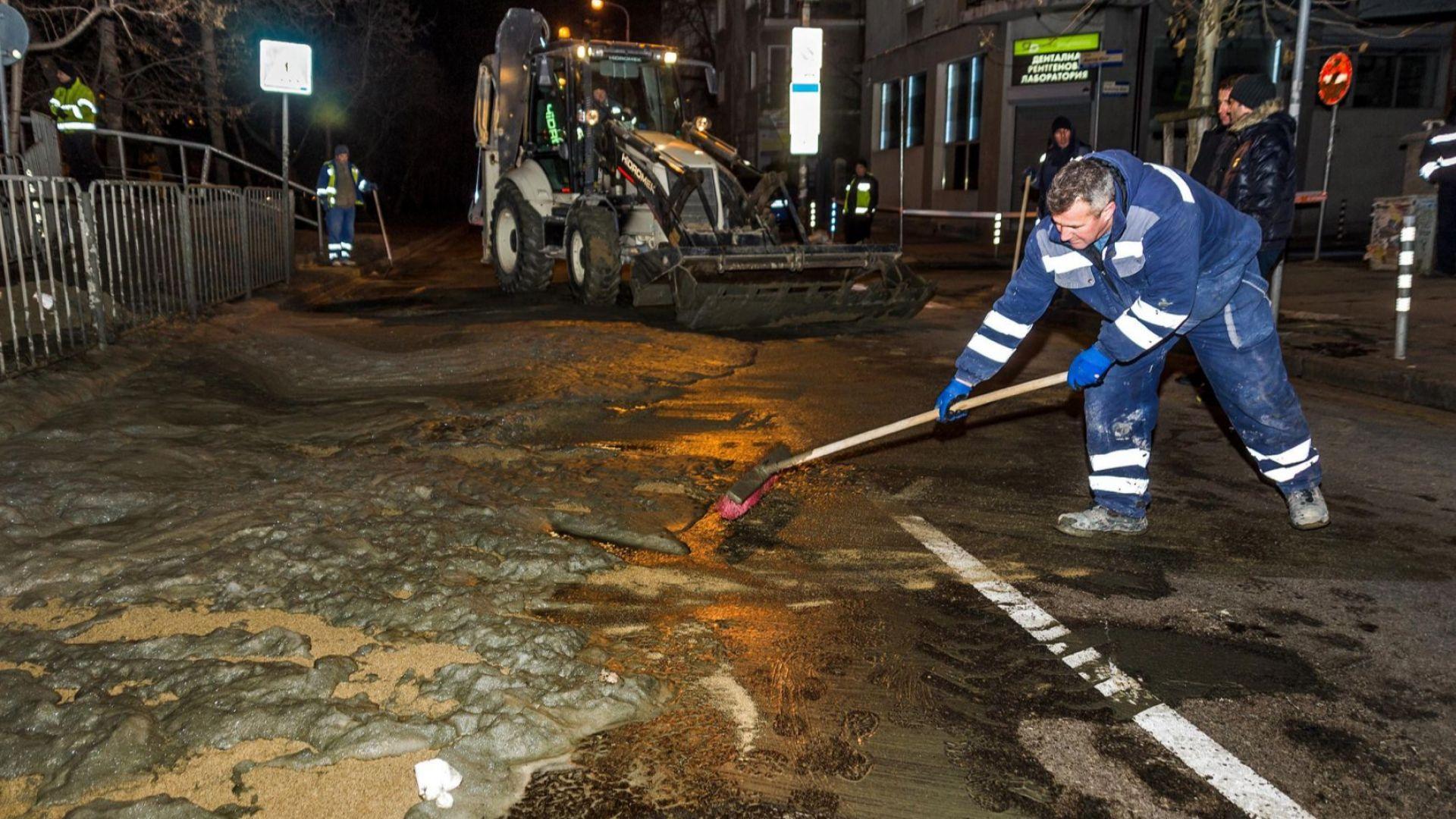 Бетонова пяна от метрото заля столичен булевард (снимки)