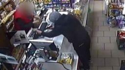 Продавачката, обезоръжила обирджия: Оръжието му се разпадна