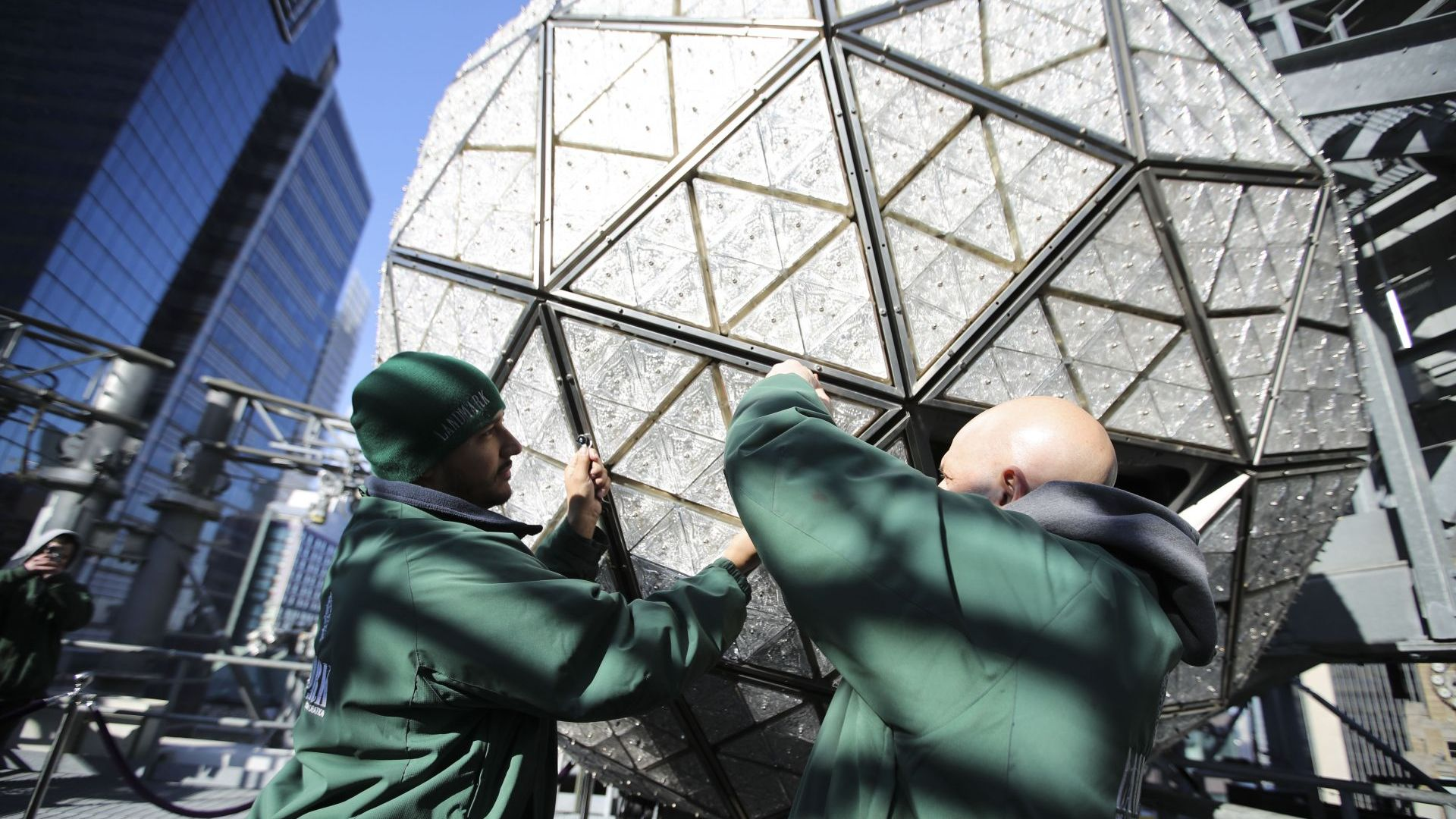 Новогодишното кълбо на Таймс скуеър беше украсено с нови кристали