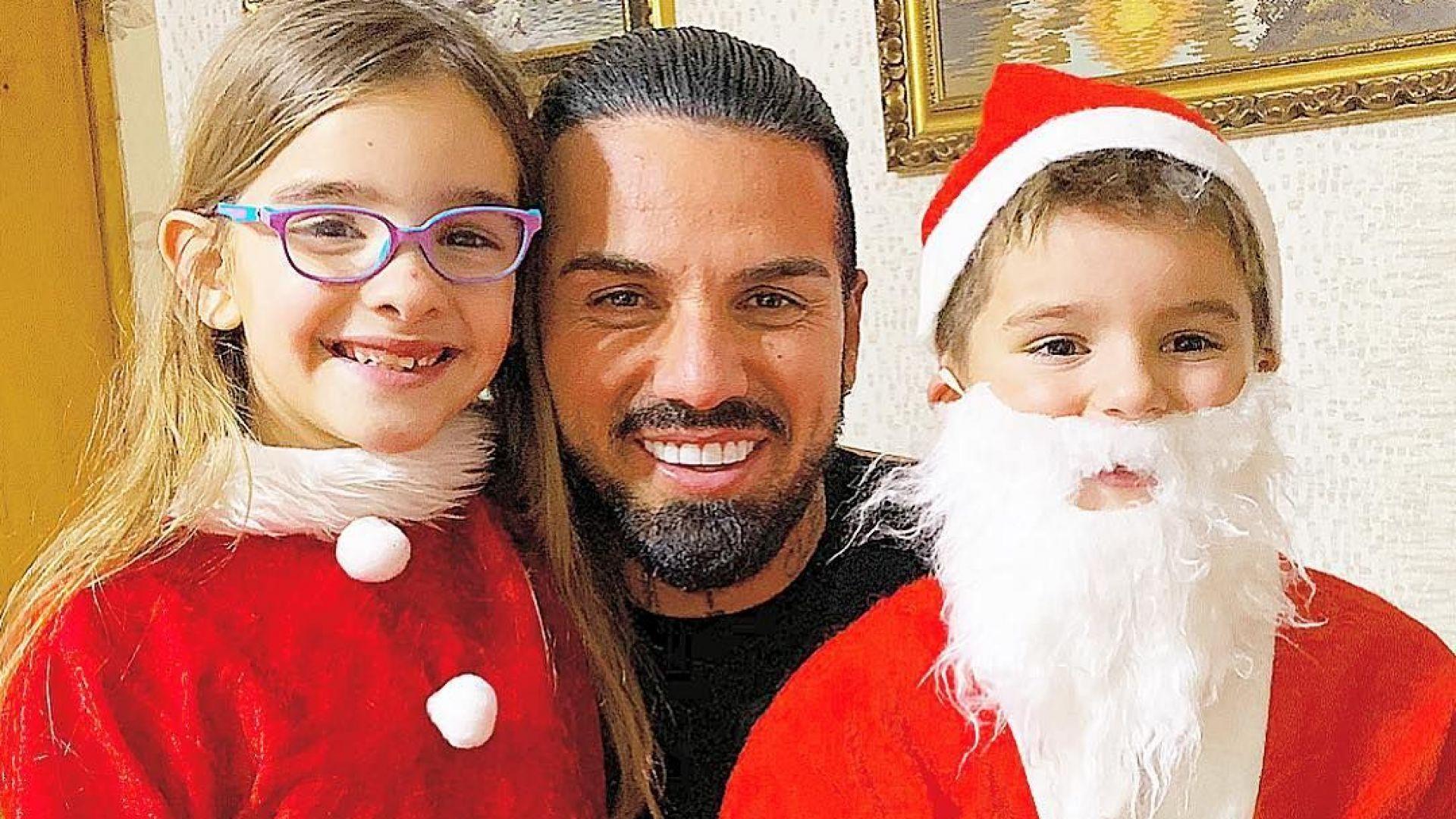 Благой Георгиев с две от децата си на Коледа