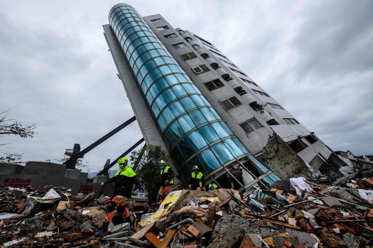 Спасителите излизат от разрушена сграда в тайванския град Хуалиен на 8 февруари, след като градът беше ударен от земетресение с магнитуд 6,4