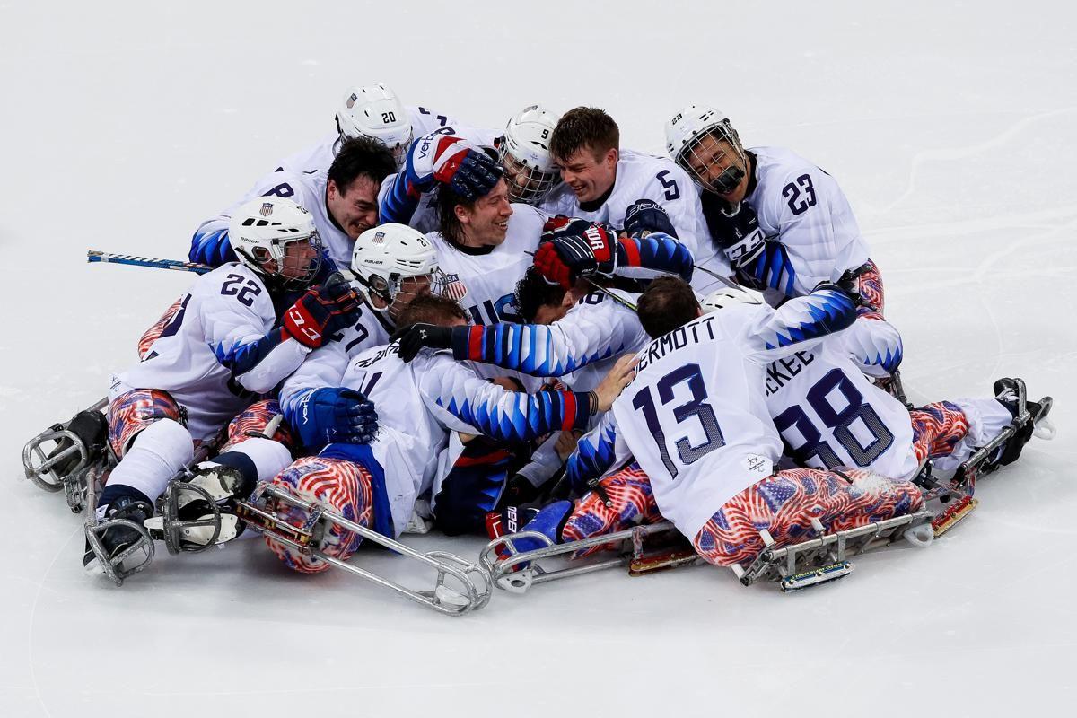 Отборът на САЩ празнува на 18 март, след като спечели мача с Канада, който им осигури златен медал за хокей на лед на най-големите зимни параолимпийски игри в Южна Корея
