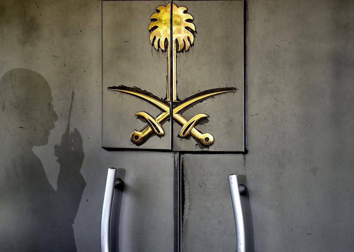 Сянка на член на сигурността на вратата на консулството на Саудитска Арабия на 1 ноември в Истанбул Сянка на член на сигурността на вратата на консулството на Саудитска Арабия на 1 ноември в Истанбул