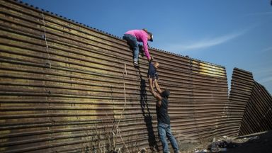 Пентагонът отпуска* $1 млрд. за ограда& по границата с Мексико