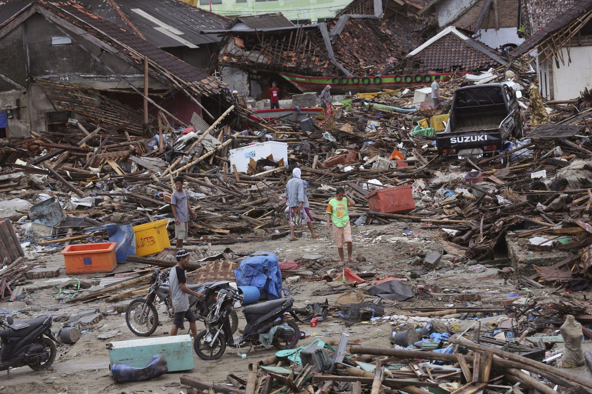 Мрачна Коледа в Индонезия след опустошителното земетресение, което отне живота на над 400 души