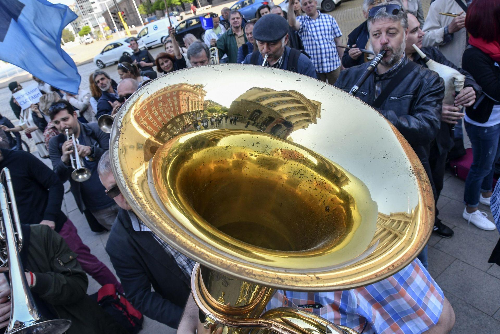 Биг бенда на БНР свири пред Министерския съвет с искане за достойно заплащане