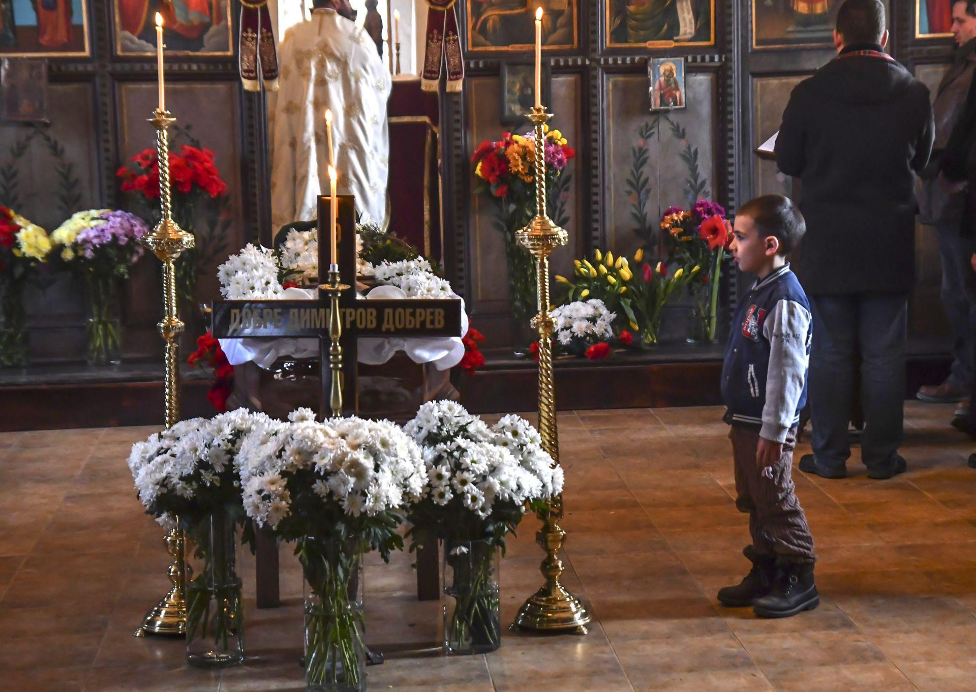 Почина дядо Добри – живият светец, посветил се на човечността  Прочети още на: https://www.dnes.bg/obshtestvo/2018/02/13/pochina-diado-dobri-jiviiat-svetec-posvetil-se-na-chovechnostta.367942